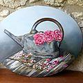 Le vieil arrosoir en zinc et ses roses