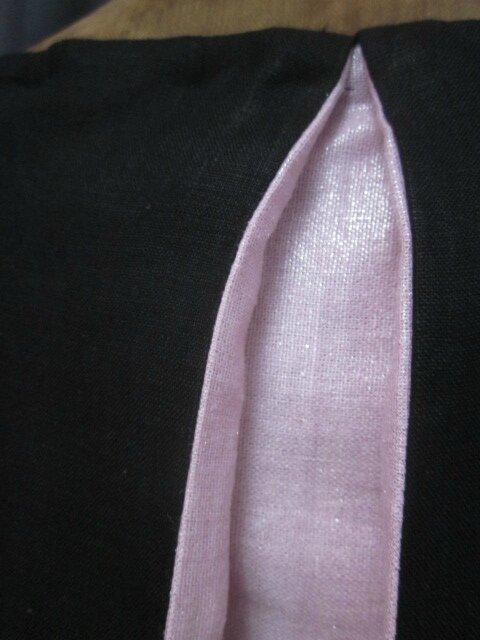 Robe ODETTE en lin noir avec pli creux dos et petits boutons recouverts en lin rose pailleté - Taille 54 (6)