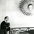 Cristóbal Balenciaga dans sa maison de couture à Paris, 1959