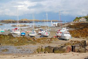800px-Chausey_flotille_de_voiliers_a_maree_bassemaree_basse