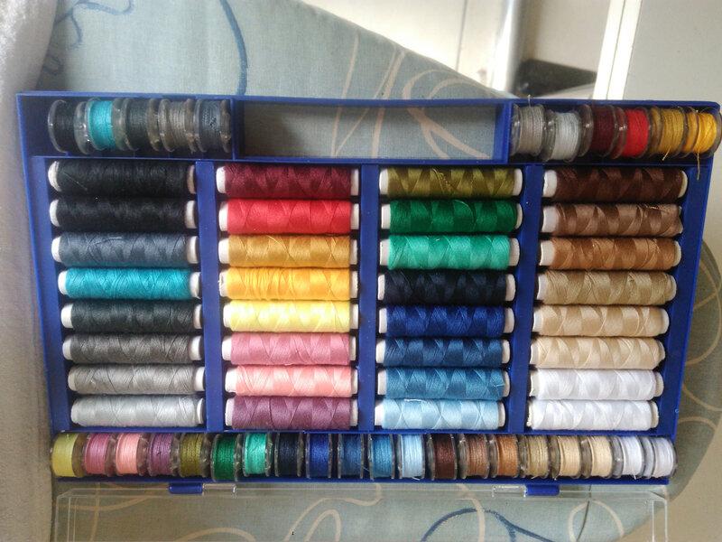 15- la boite de couleurs et de canettes assorties ouverte