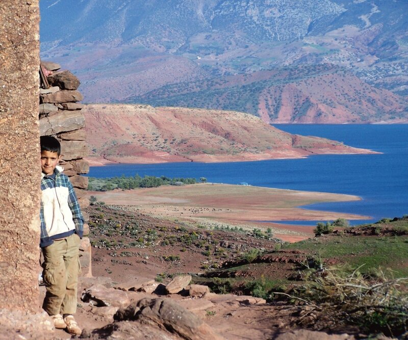 Enfant sur les hauteurs du lac