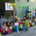 Los niños del Jardin Infantil frente al Hogar de la Sagrada Familia