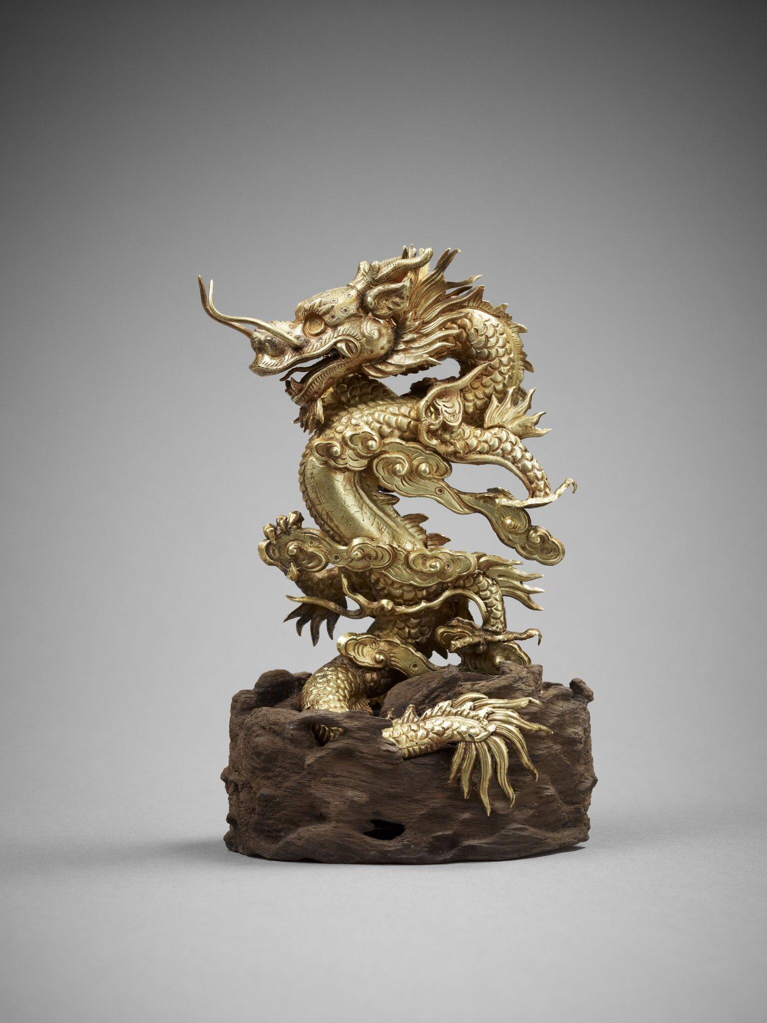 Dragon bondissant dans les nuées. Or et bois, 2e année Thiêu Tri, 1842. H. 12,9 cm; Diam. 8,2 cm. Musée d'Histoire du Vietnam, Hanoi © D.R / Photos : Thierry Ollivier
