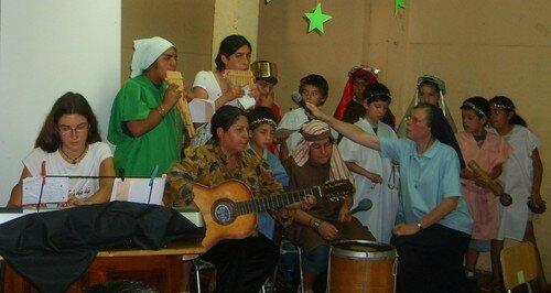 El día de la fiesta de Navidad, el coro canta con entusiamo