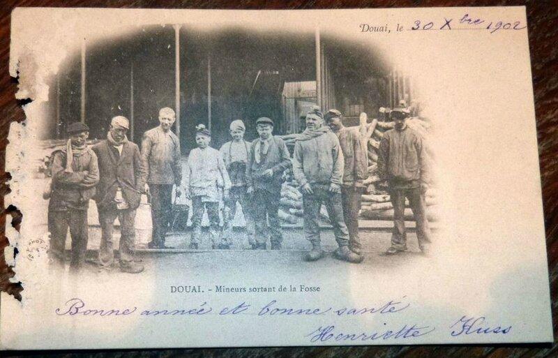 CPA, Douai, 59, Mineurs sortant de la Fosse, Mines