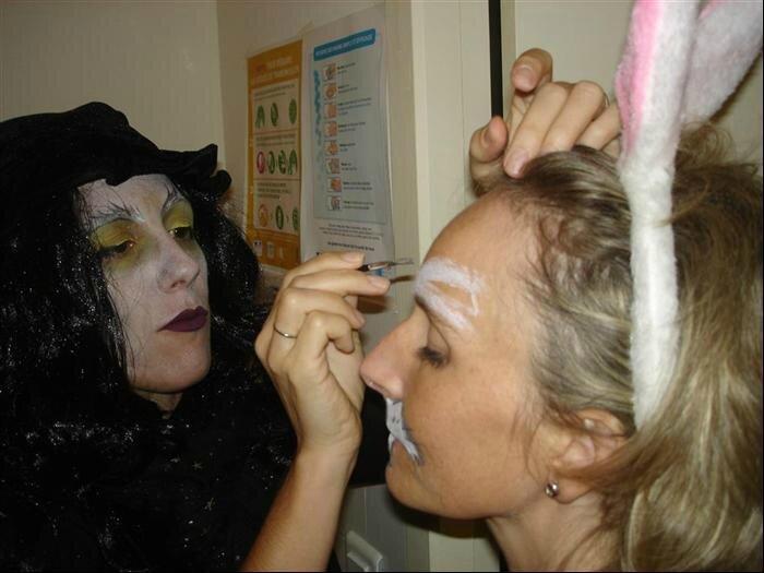 Maquillage de la lapine en coulisses