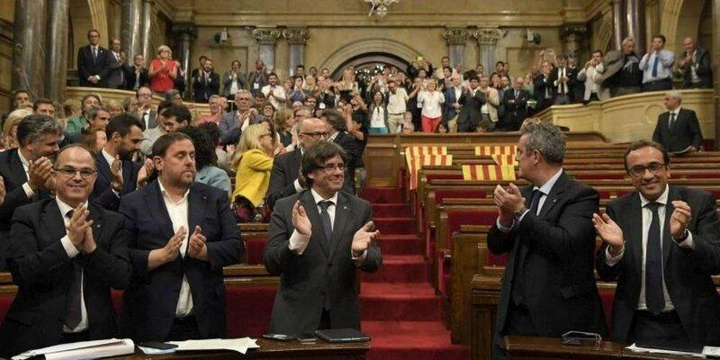 le-president-catalan-carles-puigdemont-au-centre-apres-le-vote-de-la-loi-prevoyant-un-referendum-dautodetermination-a-barcelone-le-6-se
