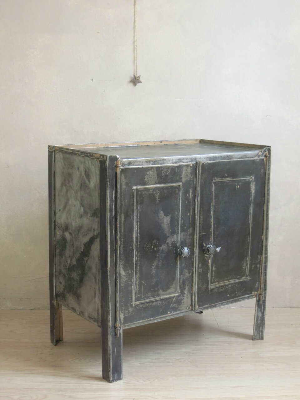 Le mini buffet industriel commodes tables et buffets - Petit meuble metallique ...