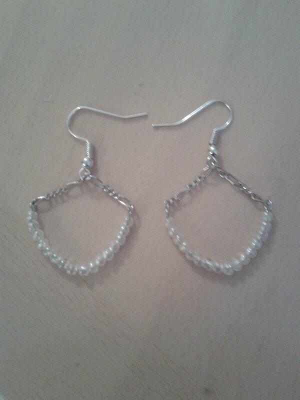 boucle avec chaîne et perles de rocaille