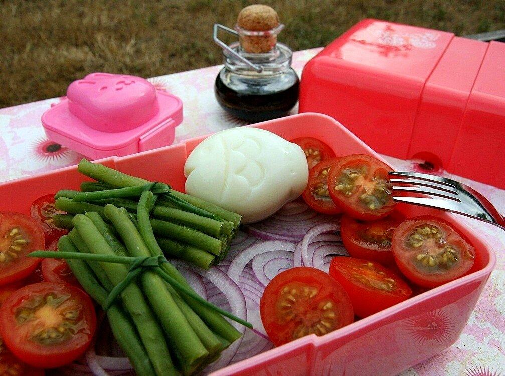 Salade-in-box de haricots verts et tomates, oeuf et oignons rouge