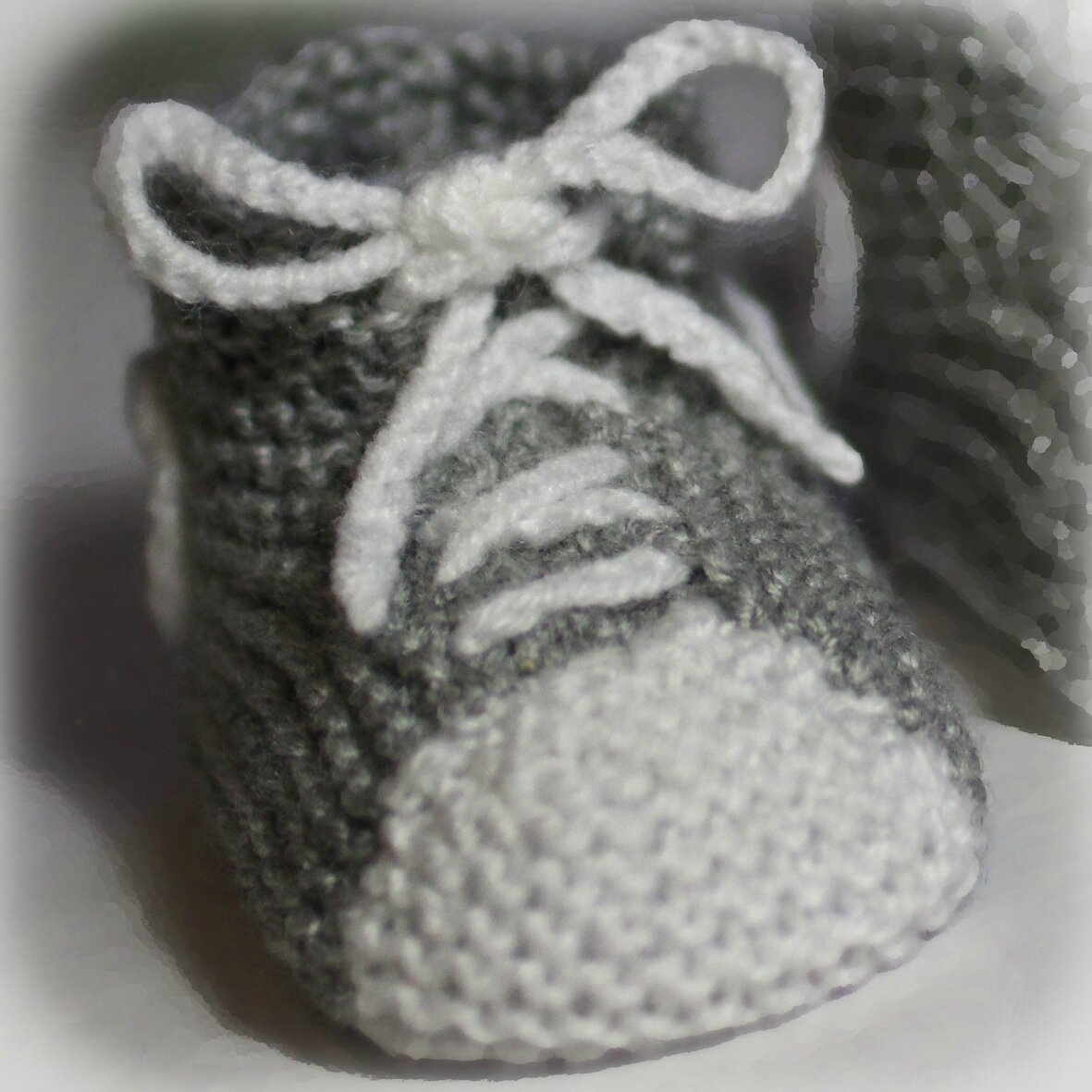 photo comment tricoter des baskets pour bebe