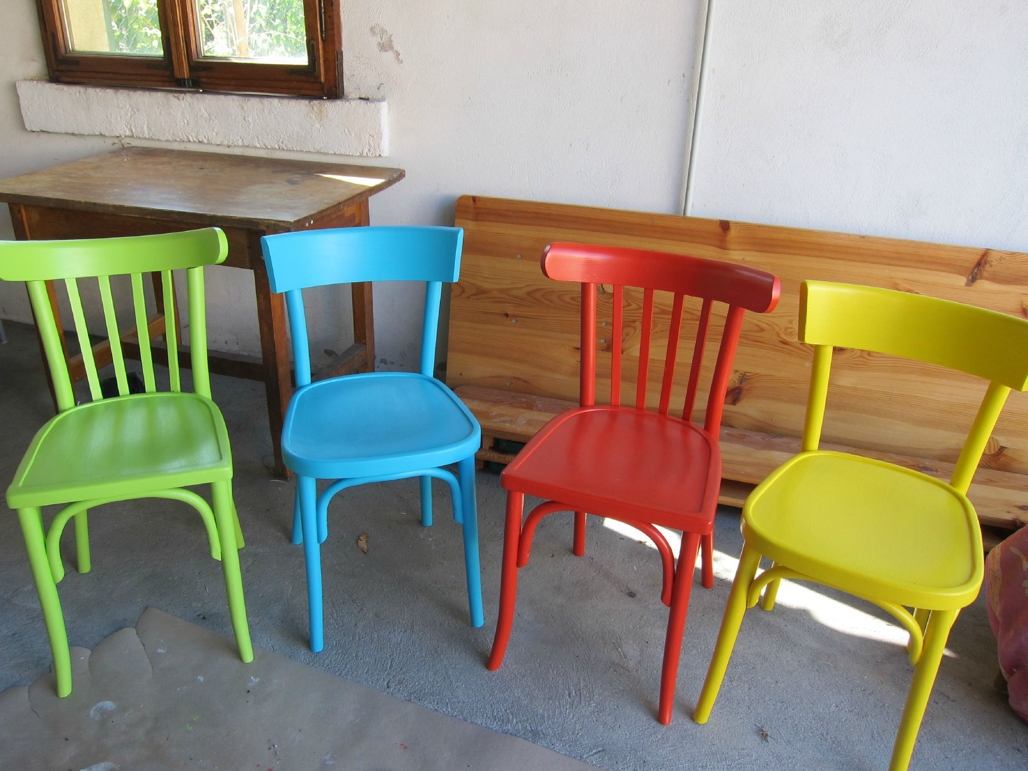 Chaises color es et chaise musicale les cr a 39 de r gine for Chaises colorees