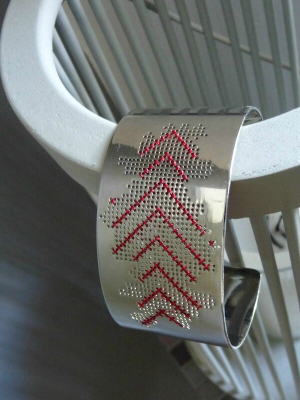 bracelet manchette chevrons rouges 1