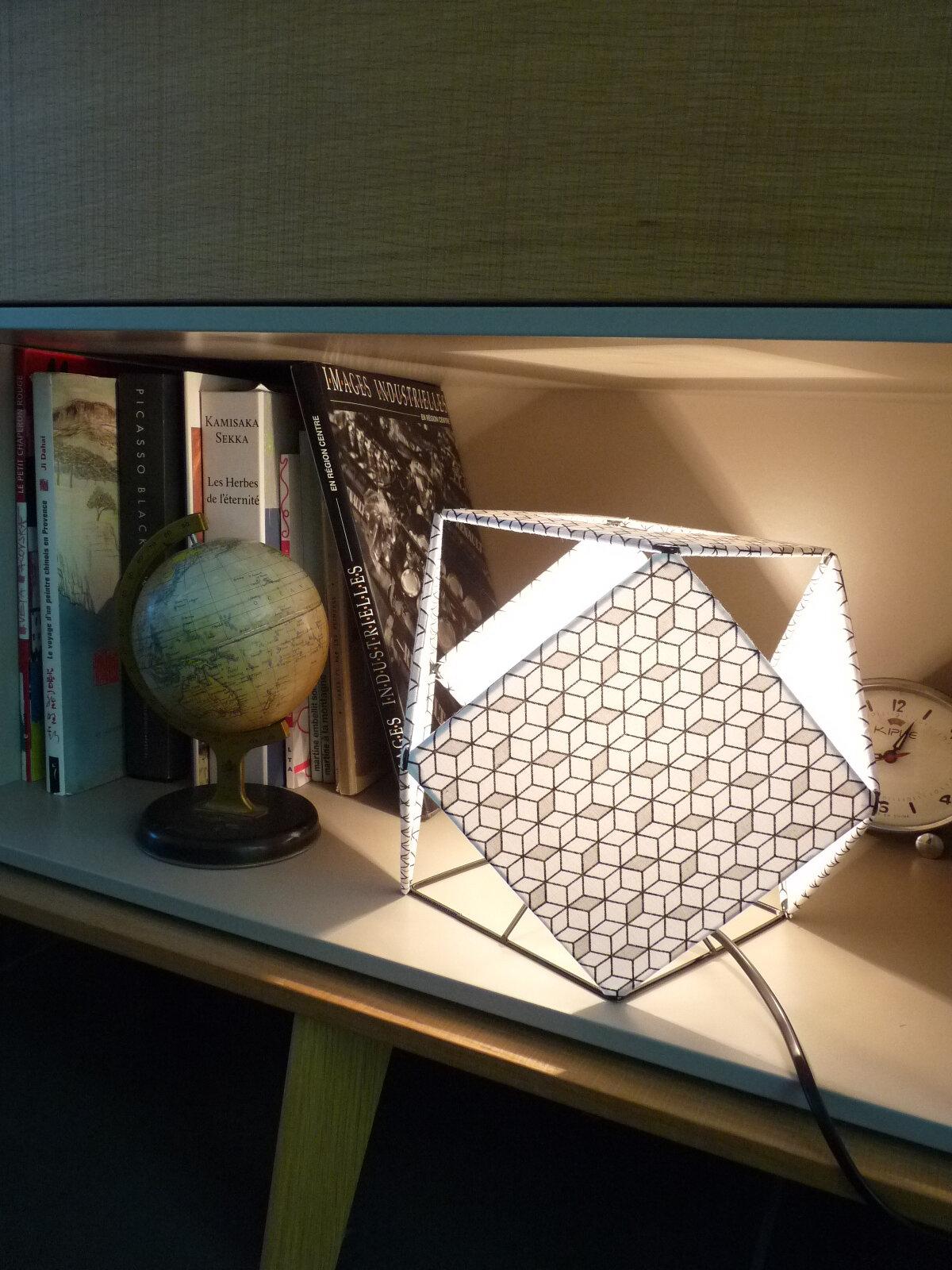 Lampe graphique petit mod le hauteur 21cm nuit jour for Lampe pipistrello petit modele