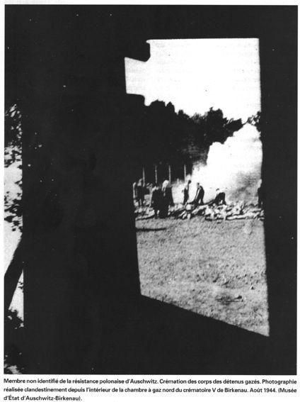 79. Membre non identifié de la résistance d'Auschwitz. Crémation des détenus gazés. Photographie réalisée clandestinement depuis l'intérieur de la chambre à gaz nord du crématoire V de Birkenau. Aout 1944. (Musée d'Etat d'Auschwitz-Birkenau).
