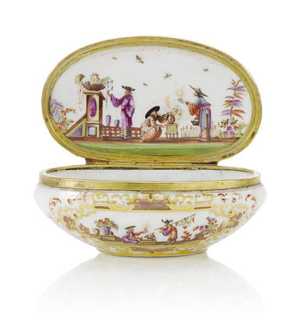 A_gilt_metal_mounted_oval_snuff_box__19th_century1