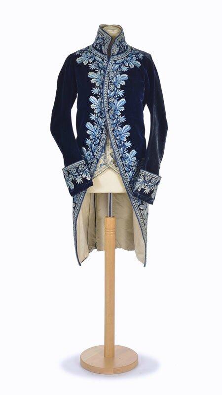 Veste en velours de soie bleu marine brodée, années 1780