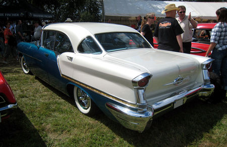 Oldsmobile_golden_rocket_88_holiday_hardtop_sedan_de_1957__4_me_F_te_Autor_tro__tang_d__Ohnenheim__02