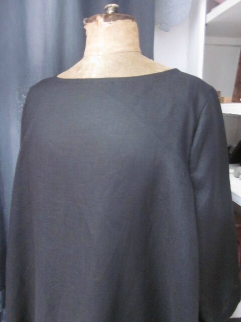 Robe ODETTE en lin noir avec pli creux dos et petits boutons recouverts en lin rose pailleté - Taille 54 (3)