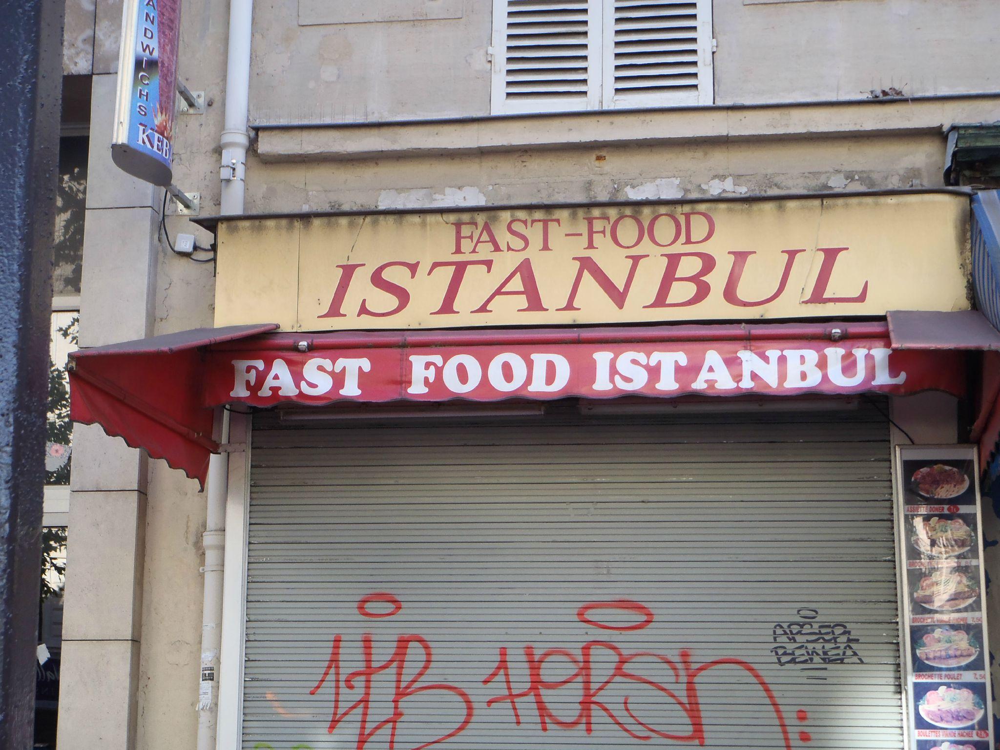 un ptit kébab a lombre des façades