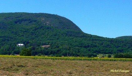 1750) château et montagne de Peyrieu
