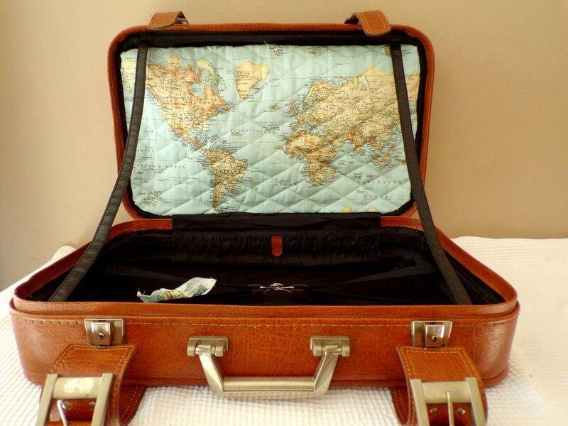 Location mariage urne valise vintage thème voyage