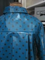Ciré AGLAE en coton enduit bleu canard à pois brun fermé par 2 pressions dissiùmulés sous 2 boutons recouverts (11)