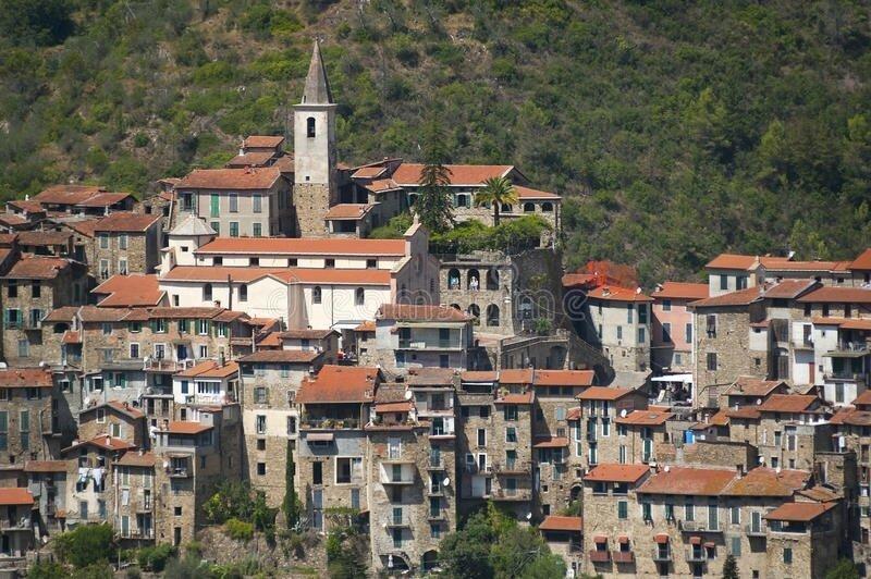 le-beau-village-d-apricale-près-de-sanremo-la-ligurie-italie-60444468