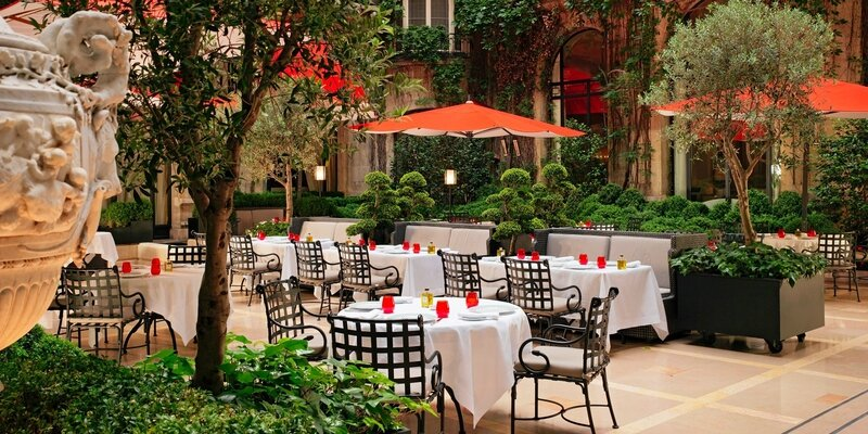 tables-in-la-cour-jardin-at-hotel-plaza-athenee