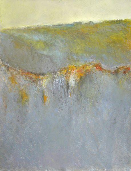 crête rocheuse sous un ciel jaune