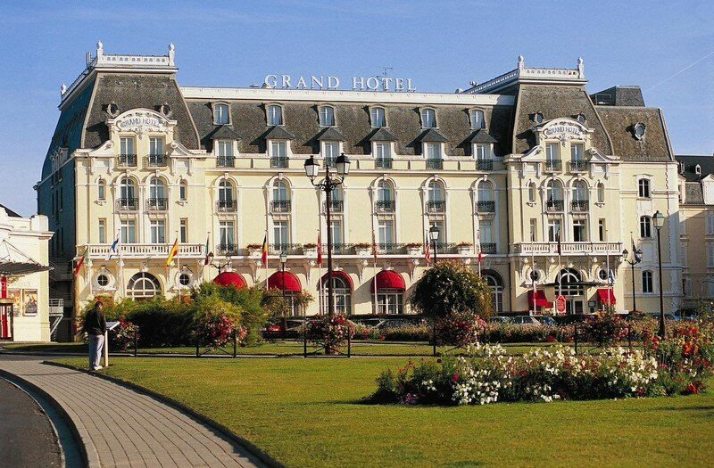 le grand hotel photo de 2 cabourg la plage aux romantiques le studio de bel cabourg. Black Bedroom Furniture Sets. Home Design Ideas
