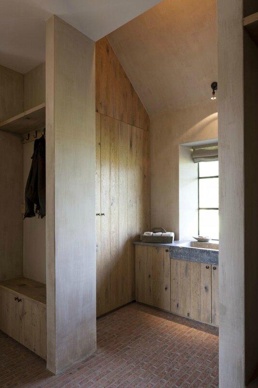 oude-arduinen-wasbak-op-eiken-meubel-voor-vestiaire-project-van-DIRK_1355945371-van-DirkCousaert