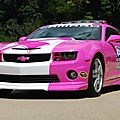 Une Pace Car Chevrolet Camaro 2013 rose contre le cancer du sein (CPA)