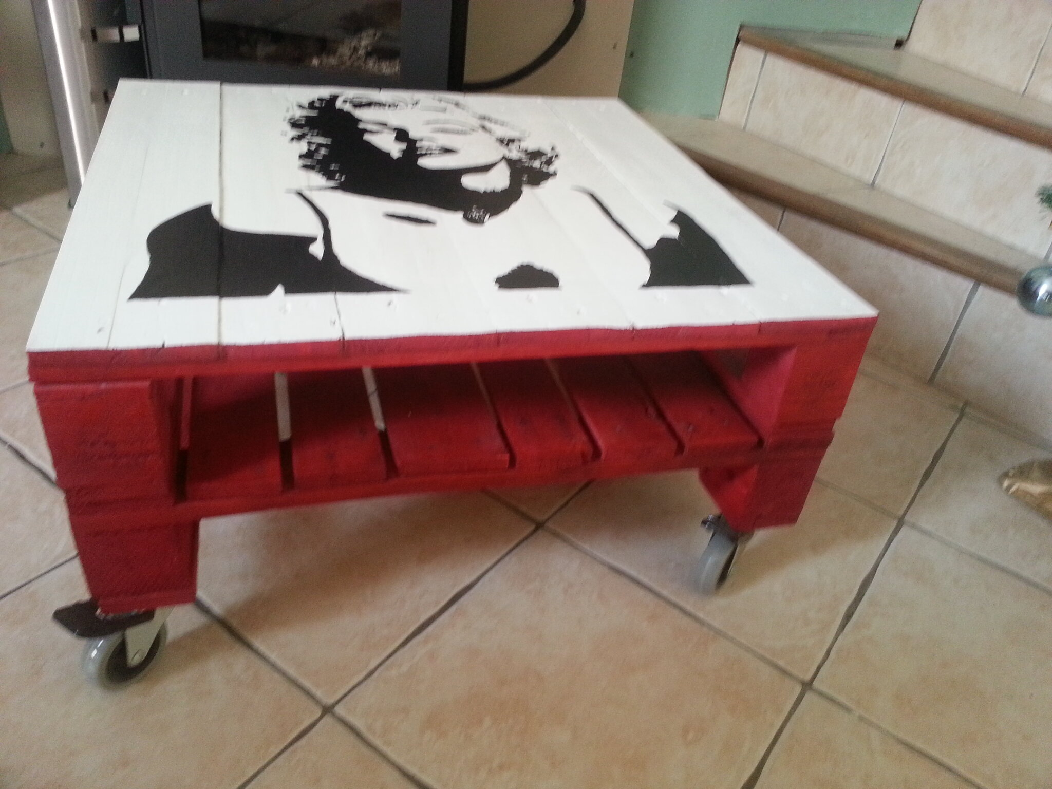 Table basse marylin monroe en palette en bois r cup 39 art d co for Peinture table basse