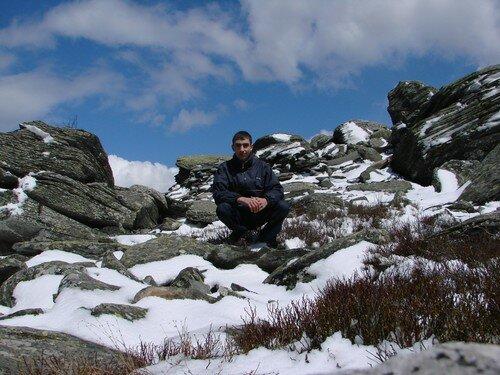 2008 04 14 Cyril au milieu des pierre du Lizieux