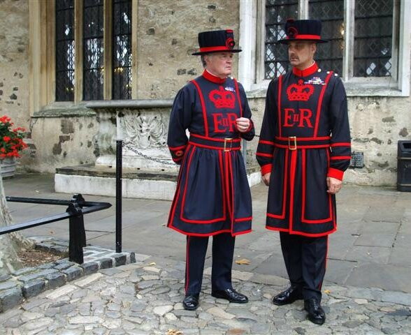 P1170289 0 Beefeaters,_Tower_of_London_-_geograph