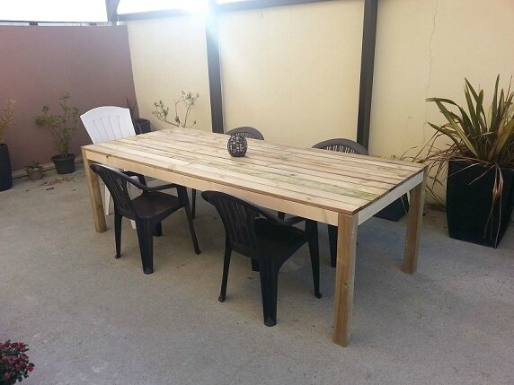 Construction d 39 une table de terrasse en bois en cours for Plan de construction table de jardin en bois