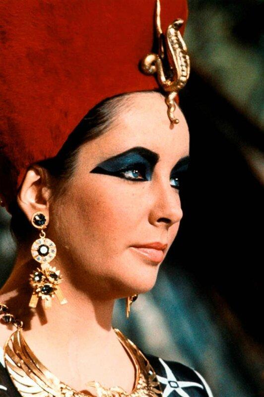 Les yeux violets les plus célèbres au service de la plus célèbre des reines