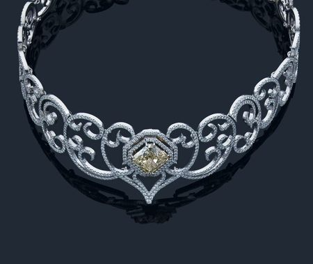 collier_rigide_en_or_gris_serti_au_centre_un_important_diamant_1343046555117351