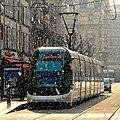 Tram, neige et soleil à strasbourg
