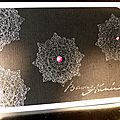 Des napperons embossés à chaud ... des perles roses ... une carte de voeux baroque !