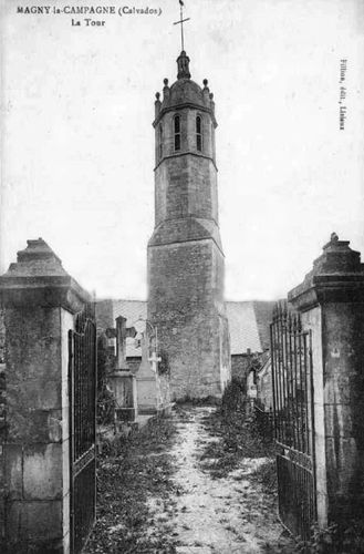 la tour de l'ancienne église dans le cimetière