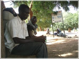 attente taxi-brousse à Bandiagara Mali