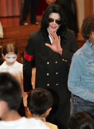 michael-jackson-visits-seibi-gakuen-childrens-home-in-tokyo-japan(261)-m-11