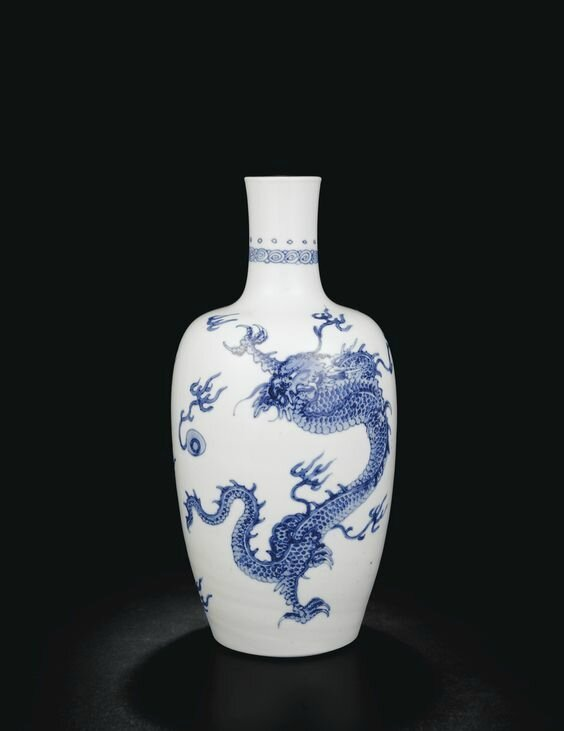 A fine blue and white 'Dragon' vase, Qing dynasty, Kangxi period (1662-1722)