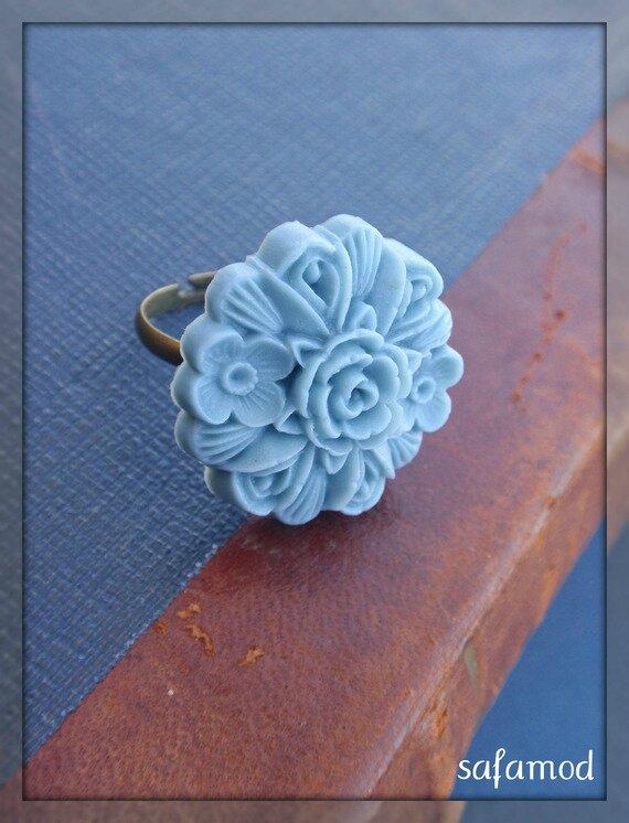 Bague réglable bronze cabochon bleu fleur en résine