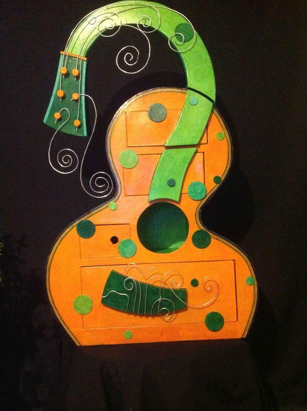 Guitare molle 4 tiroirs et manche lumineux hommage - Meuble en papier mache ...