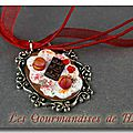 Collier macarons fruits rouges et chocolat