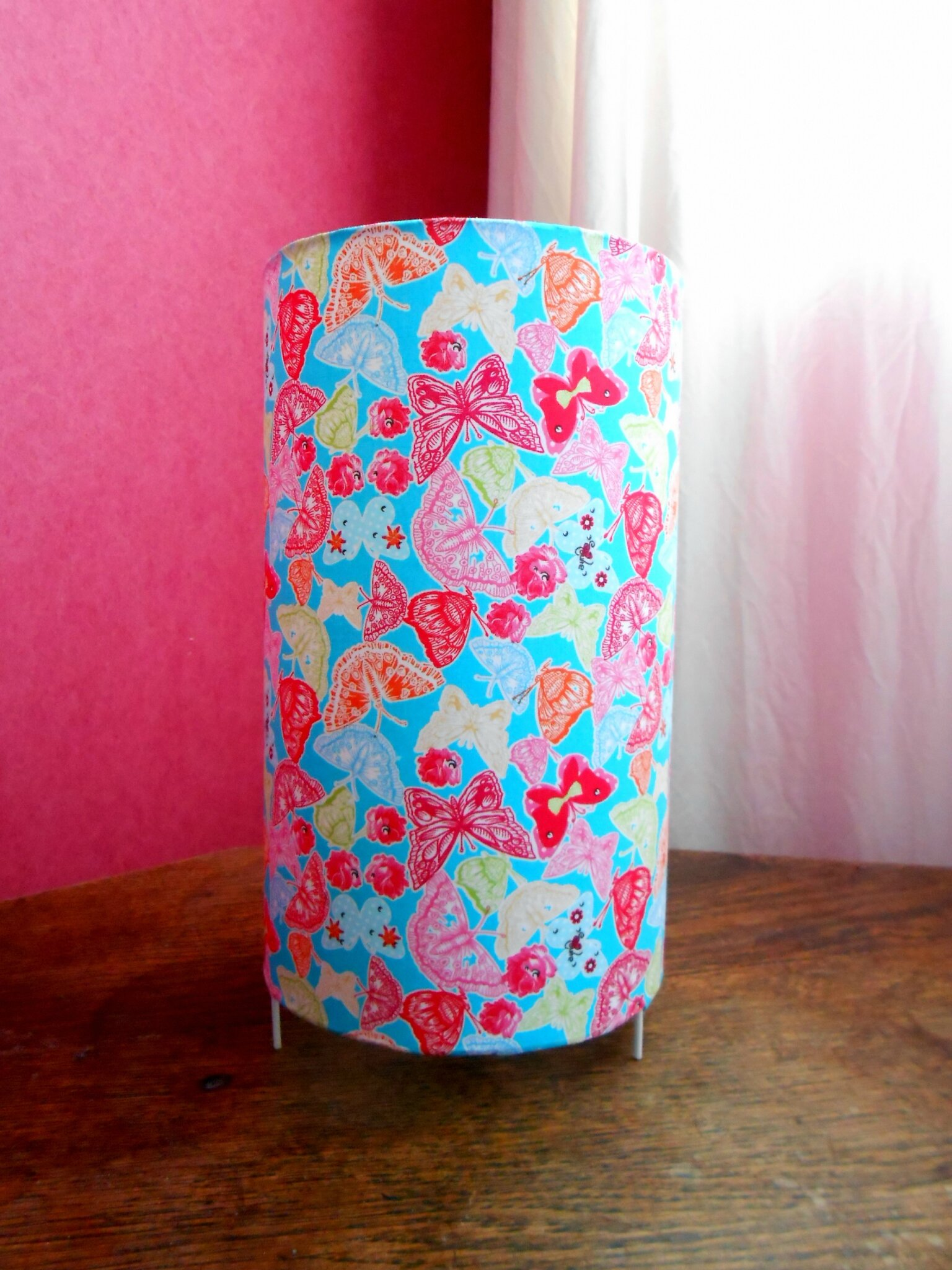 lampe papillons fond turquoise
